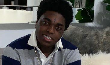 Rapero Kodak Black se declara no culpable de posesión de armas y paga fianza