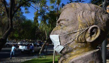 Las estatuas de una ciudad boliviana protestan por la contaminación del aire