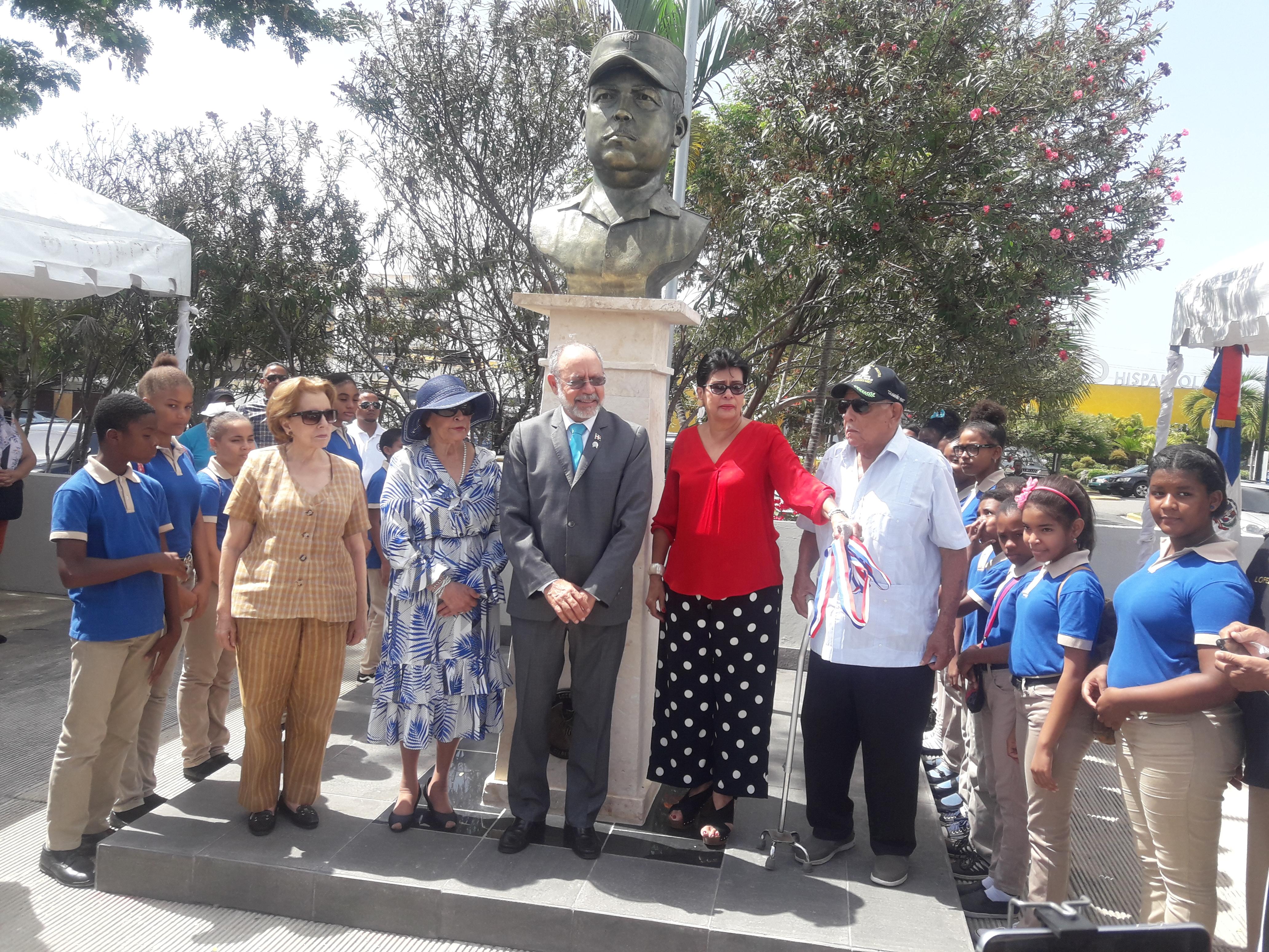 Develan busto en honor a Coronel Francisco Caamaño en estación del Metro de SD que lleva su nombre