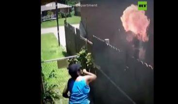 Cámara capta momento en mujer lanza una toalla en llamas a la casa de su vecino