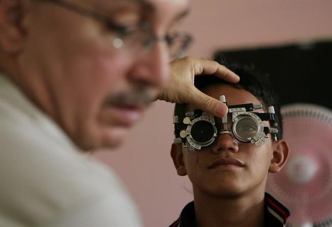 Dominicanos de bajos ingresos reciben atención en salud visual en Puerto Rico