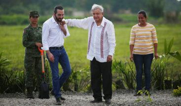 Momento en que López Obrador pega accidentalmente en la cara a Nayib Bukele
