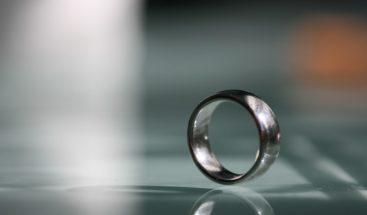 Pescadores hallan un anillo de boda
