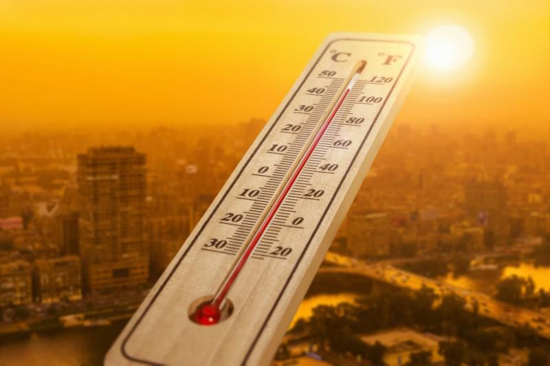 Tips para protegerse de las altas temperaturas: beber agua, evitar el café y el alcohol, usar ropa holgada...