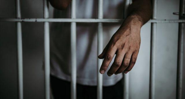 Profesor de educación física acusado de seducir a una menor es enviado la cárcel
