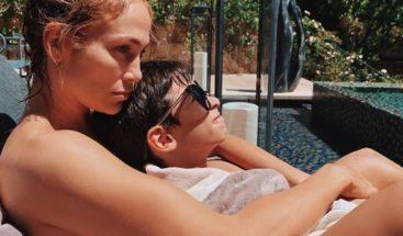 Arodderrite a sus seguidores con una adorable foto de JLo con su hijo Max