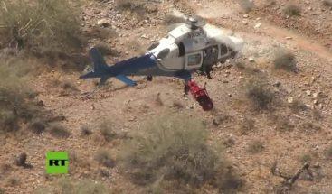 Una camilla con una mujer herida gira a gran velocidad durante un dramático rescate en helicóptero