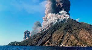 Recomiendan evacuar laderas de volcán Ubinas en Perú por expulsión de rocas