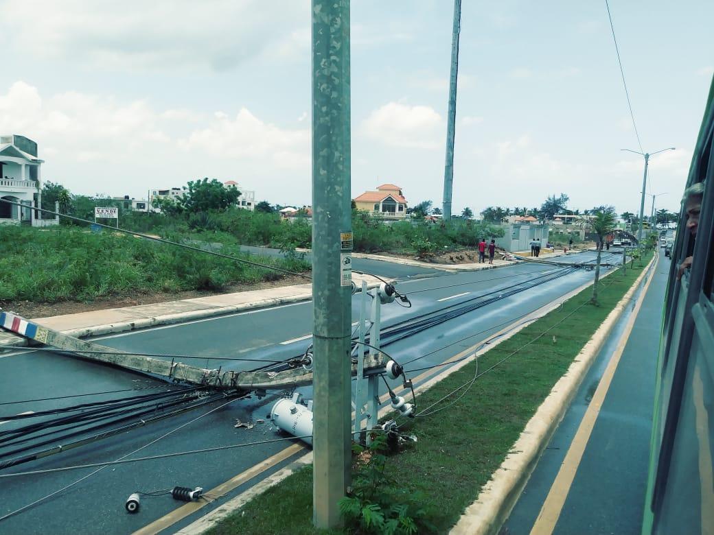 Varios sectores sin luz tras caer once postes del tendido eléctrico en la Ciudad Juan Bosch