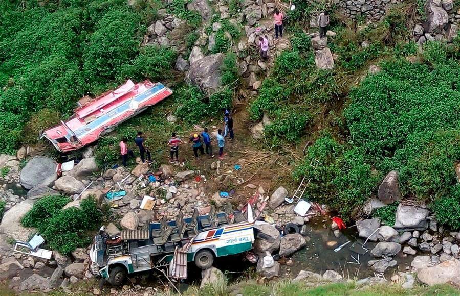 Al menos 35 muertos al caer un minibús por un precipicio en Cachemira