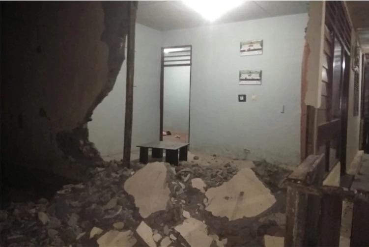 Un violento sismo de magnitud 7,3 dejó un muerto y cientos de casas destruidas en Indonesia