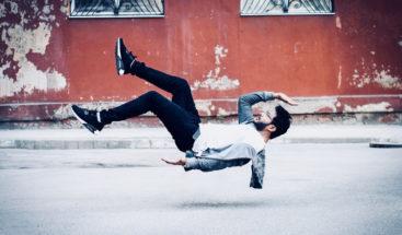 FOTO: Ilusión óptica con un hombre 'levitando' desconcierta a los internautas