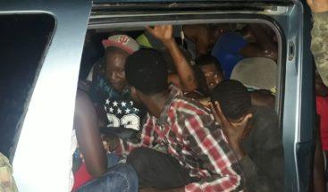 Ejército detiene a 30 nacionales haitianos dentro de un vehículo al intentar entrar ilegalmente al país