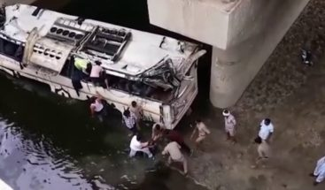 Al menos 29 muertos y 23 heridos al caer un autobús en un canal en la India