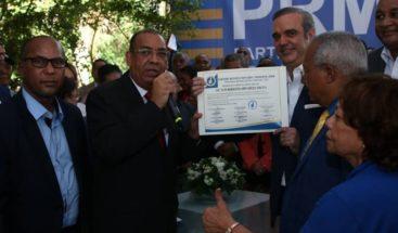 Luis Abinader inscribe precandidatura a la presidencia por el PRM