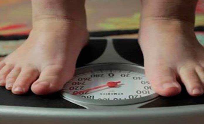 Avanza el sobrepeso en menores en medio de la atracción por la comida basura