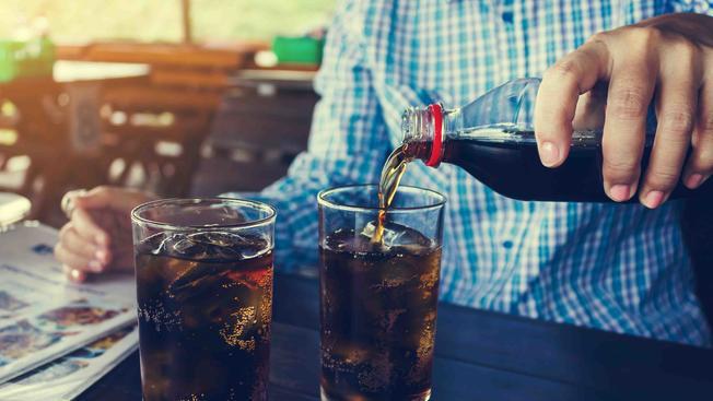 Más de un refresco al día o fumar una cajetilla, entre causas de hígado graso