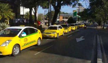 Una caravana de taxis recorre Asunción para exigir la suspensión de Uber