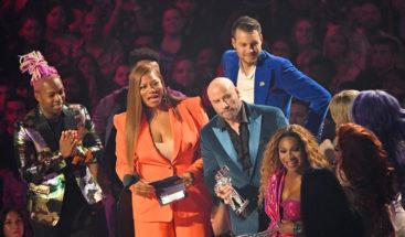 John Travolta confunde a Taylor Swift con una 'drag queen' y por poco le entrega erradamente un premio MTV