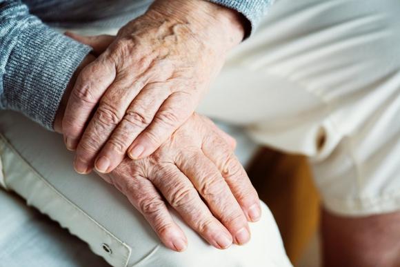 Descubren proteína que evita el deterioro celular y retrasa el envejecimiento