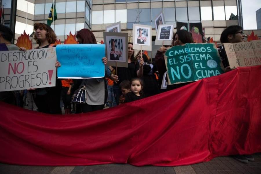 Docenas de personas claman contra Bolsonaro en Chile por incendio en Amazonas