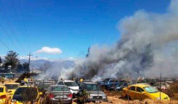 Más de cien vehículos calcinados en incendio en patio de la Policía en Ecuador