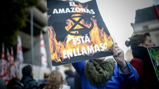 Manifestantes claman por la Amazonía en la embajada brasileña de Buenos Aires