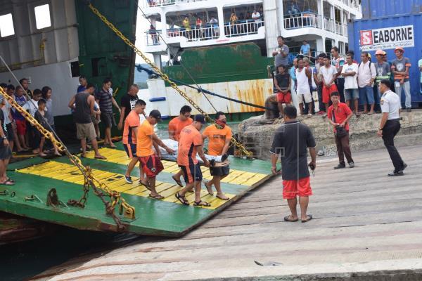 Tres muertos y 69 desaparecidos tras incendiarse un ferry en Filipinas