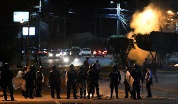 Manifestantes y policías se enfrentan en protesta para pedir salida Hernández