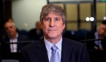 Condenan a tres años a exvicepresidente argentino por falsificar documentos