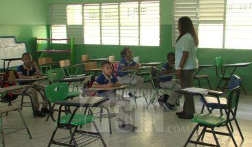 Año escolar inicia con centros educativos aún sin libros para clases y otros presentan déficit de aulas y maestros