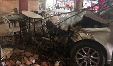 Auto choca contra local de comidas en Ypacaraí, Paraguay