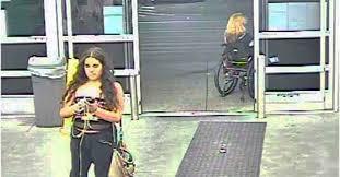 Mujer se entrega a la Policía tras orinar en patatas de supermercado de EEUU