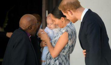 El Nobel sudafricano Desmond Tutu recibe a los duques de Sussex y a su bebé
