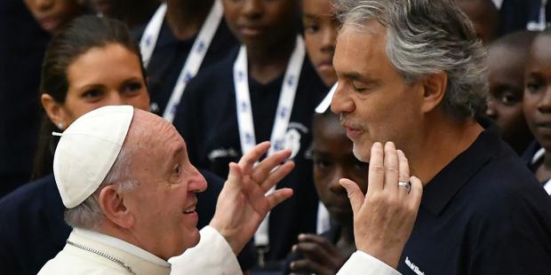 El papa visitó con el cantante Bocelli un centro de acogida para necesitados
