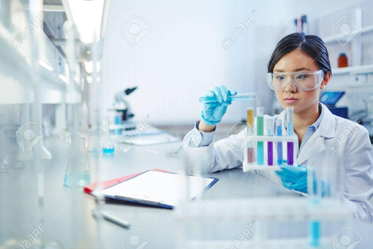 Presencia femenina en ciencias disminuye a medida que avanza su carrera