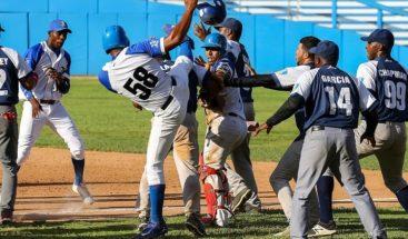 Dirección de béisbol cubano sanciona a 6 peloteros por pelea durante un juego