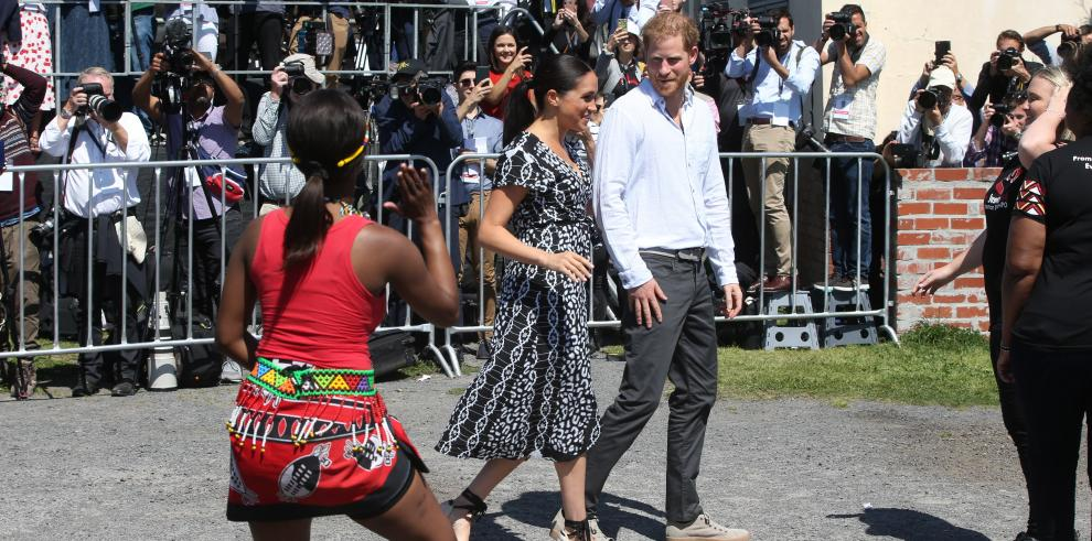 Los duques de Sussex inician en Sudáfrica su primer viaje oficial con su bebé