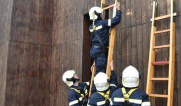 Los bomberos rescatan al papa atrapado en un ascensor durante 25 minutos