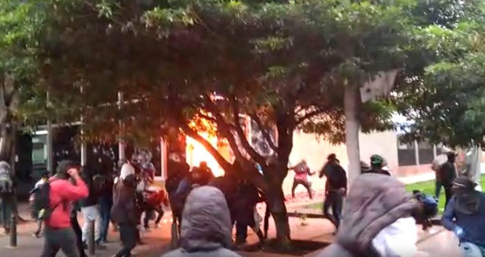 Estudiantes de 11 universidades protagonizan violenta protesta en Bogotá