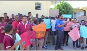 Estudiantes y padres reclaman que están sin profesores y butacas en centro educativo en Espaillat
