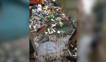 Ciudadanos preocupados por la cantidad de desechos sólidos que afloran en las costas tras lluvias