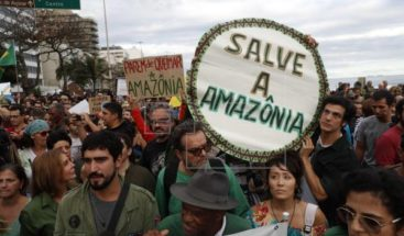 Descontento con Bolsonaro sube en medio de crisis por incendios en Amazonía