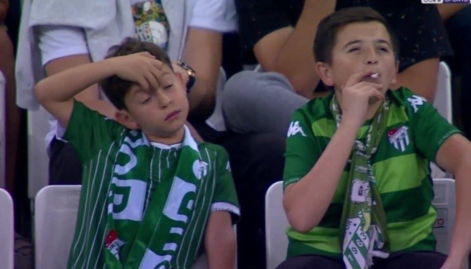 Viral: ¨niño¨ que fuma en un estadio turco pero resulta no ser lo que parecía