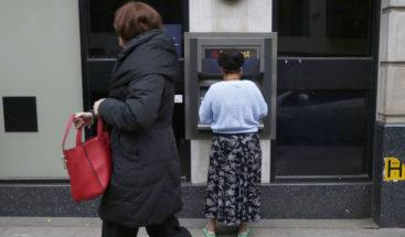 Una anciana de 81 años hace frente a una mujer que trataba de robarle en un cajero automático