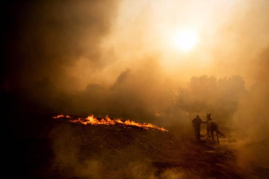 Miles de personas en alerta por vientos que avivan incendios en California