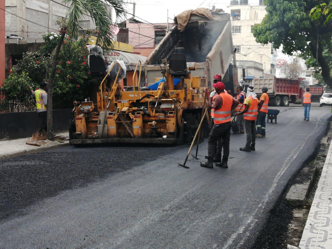 Asfaltan calles en barrios del Distrito Nacional