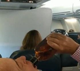Pasajeros toman bebidas alcohólicas durante aterrizaje de emergencia