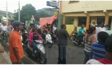 Marchan en protesta por el incremento de las tarifas del servicio eléctrico en Bonao