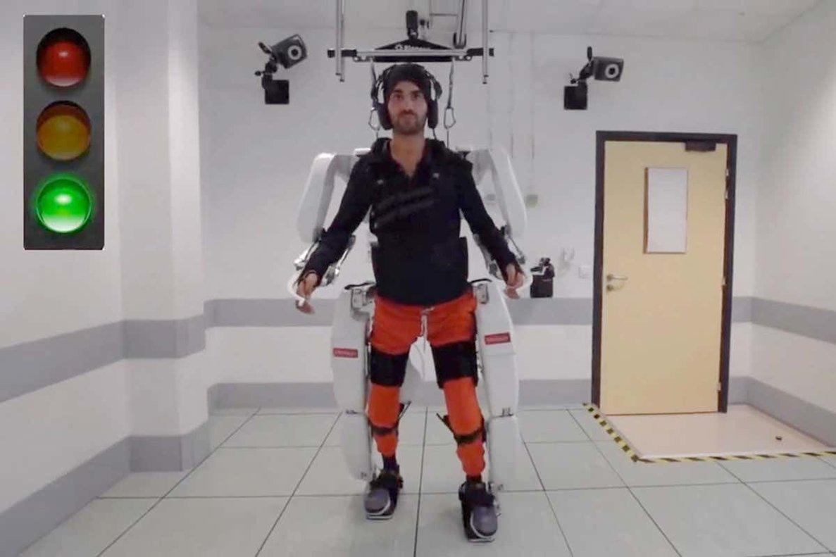 Crean un exoesqueleto para tetrapléjicos controlado por el cerebro que permite mover piernas y brazos